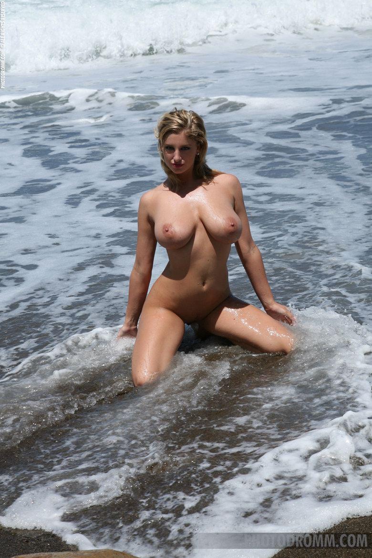 Голые сиськи на пляже