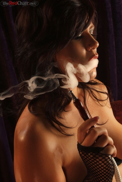 Голая курит